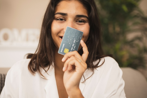 Portrait einer schönen frau, die eine kreditkarte zeigt