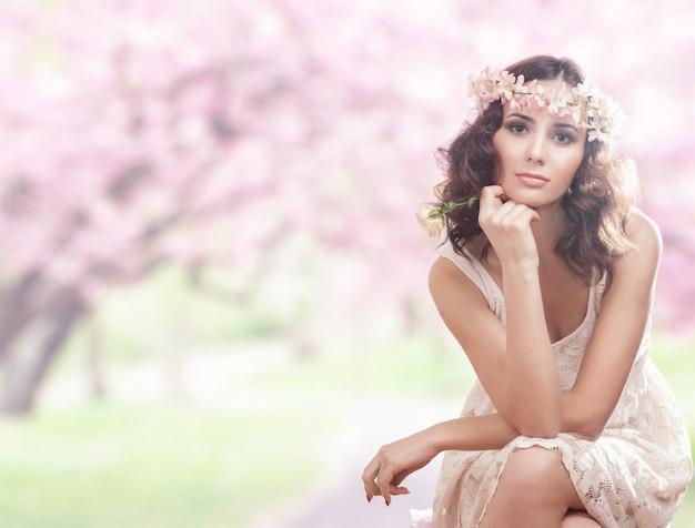Portrait einer schönen frau mit blumen in ihrem haar.
