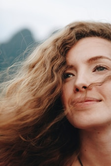 Portrait einer schönen frau mit dem lockigen haar