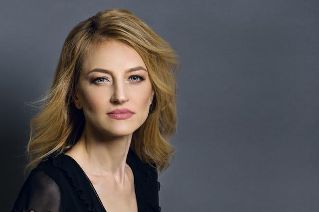 Portrait einer schönen mittleren gealterten blonden frau.