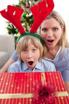 Portrait einer überraschten mutter und des sohns zur weihnachtszeit