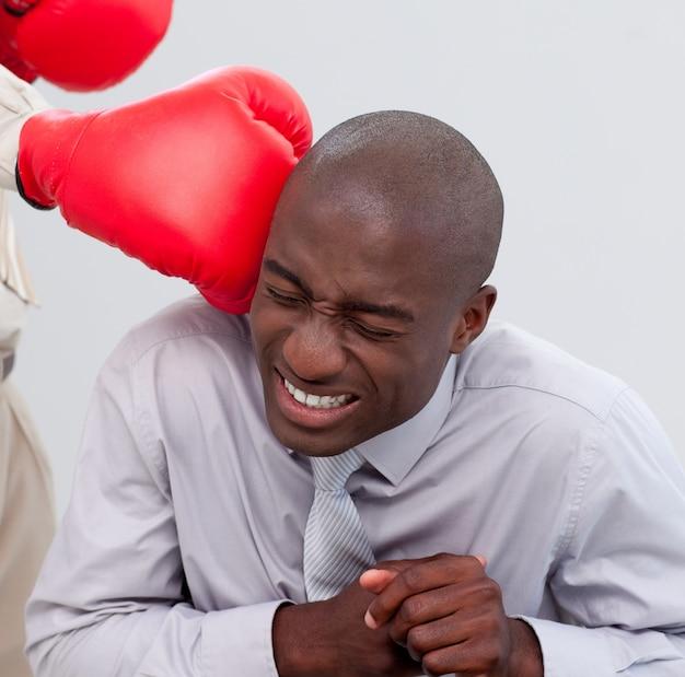 Portrait eines afro-amerikanischen geschäftsmannes, der eingepackt wird