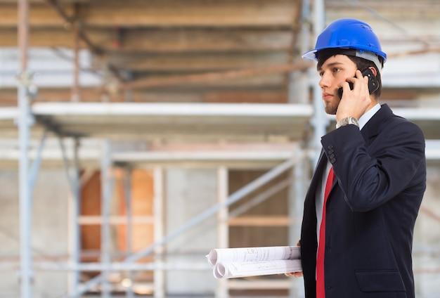 Portrait eines architekten, der am telefon spricht