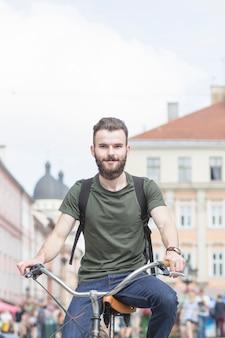 Portrait eines bärtigen Fahrrades des jungen Mannes Reit