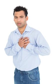 Portrait eines beiläufigen jungen mannes mit schmerz in der brust