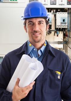 Portrait eines elektroingenieurs bei der arbeit