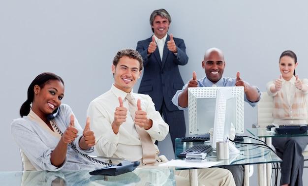 Portrait eines erfolgreichen geschäftsteams bei der arbeit