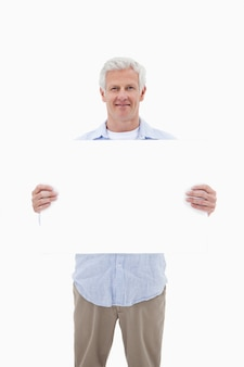 Portrait eines fälligen mannes, der eine leerplatte anhält
