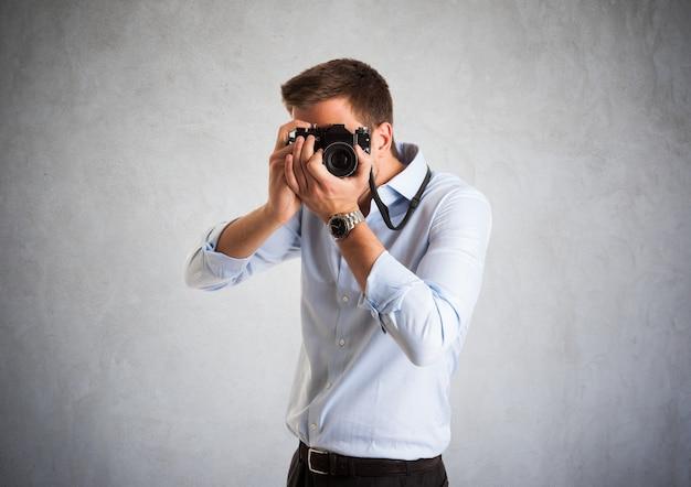 Portrait eines fotografen bei der arbeit