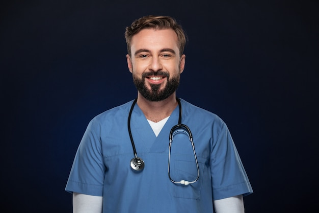 Portrait eines freundlichen männlichen doktors