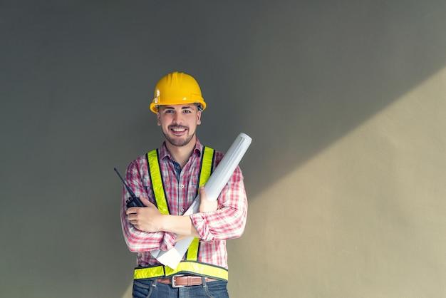 Portrait eines gutaussehenden ingenieurs