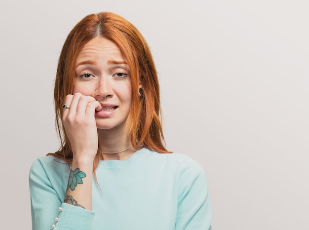 Portrait eines hübschen rothaarigen mädchens nervös