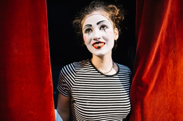 Portrait eines in betracht gezogenen weiblichen pantomimekünstlers