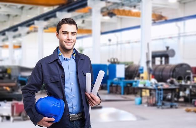 Portrait eines industriearbeiters in einer fabrik