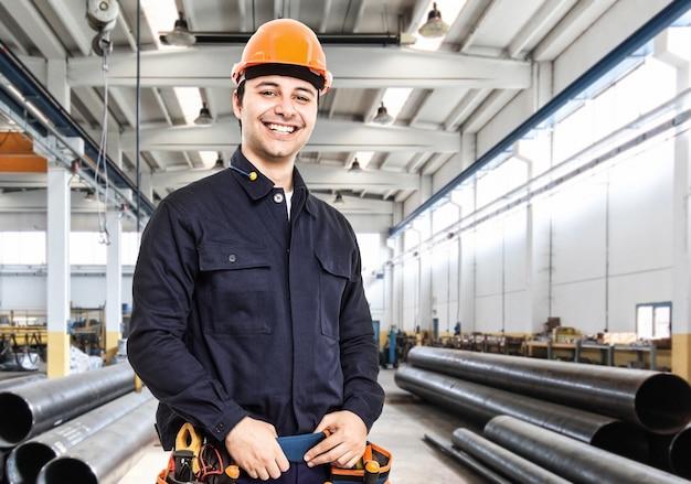 Portrait eines ingenieurs in einer fabrik