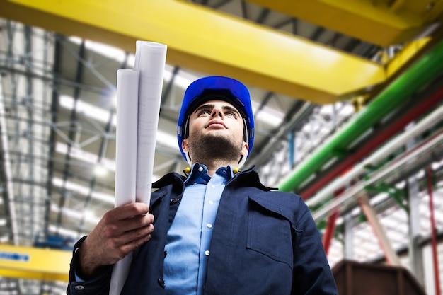 Portrait eines ingenieurs in einer industriellen anlage
