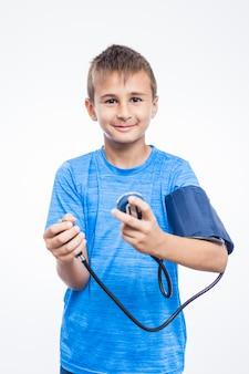 Portrait eines jungen, der seinen blutdruck überprüft