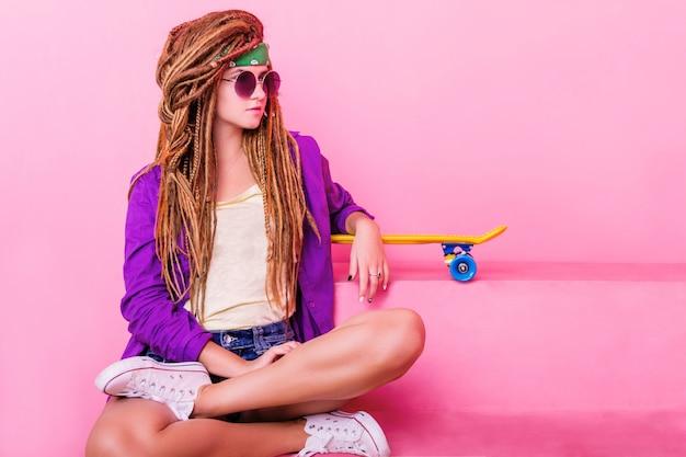 Portrait eines jungen mädchens mit skateboard