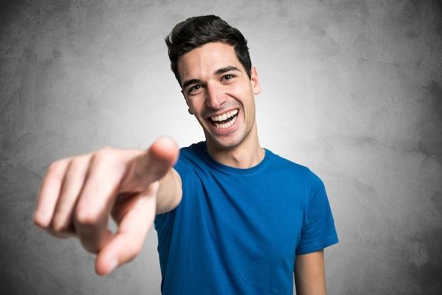 Portrait eines jungen mannes, der seinen finger auf sie zeigt