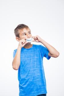 Portrait eines jungen mit zahnmodell