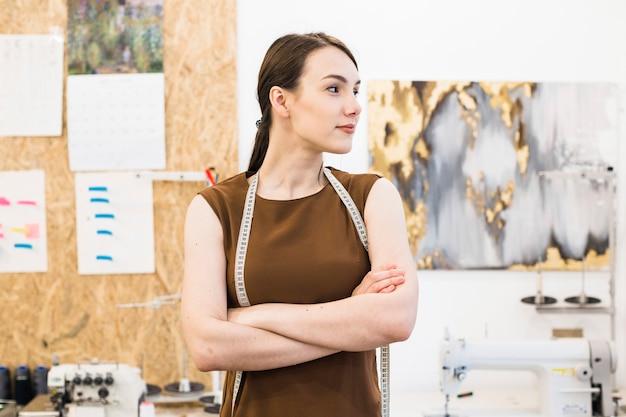 Portrait eines jungen weiblichen entwerfers mit den gefalteten händen