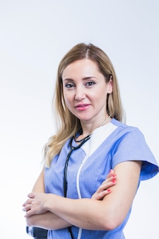 Portrait eines jungen weiblichen zahnarztes auf weißem hintergrund