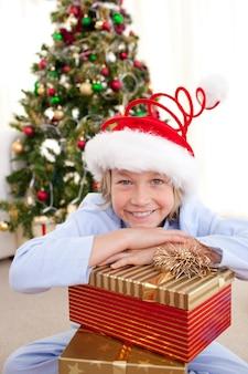 Portrait eines lächelnden jungen, der einen weihnachtshut trägt