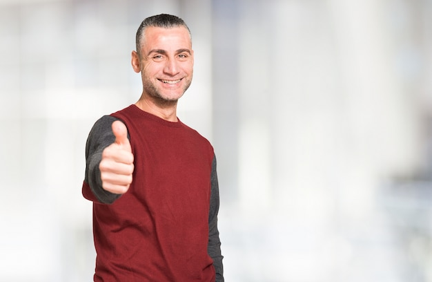 Portrait eines lächelnden positiven mannes, großer exemplarplatz