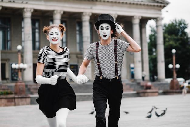 Portrait eines laufenden pantomimepaares