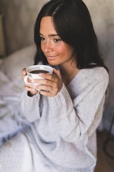 Portrait eines Mädchens, das Kaffeetasse anhält