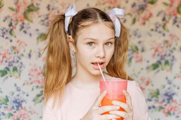 Portrait eines mädchens, das saft trinkt