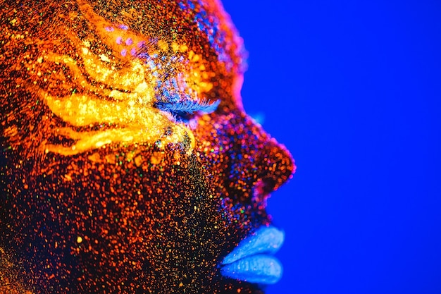 Portrait eines mädchens gemalt im leuchtstoffpuder.
