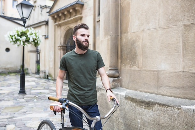 Portrait eines männlichen radfahrers mit seinem fahrrad