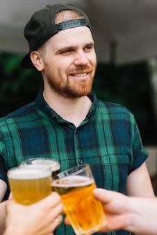 Portrait eines mannes, der bier mit seinen freunden genießt