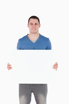 Portrait eines mannes, der eine leerplatte anhält