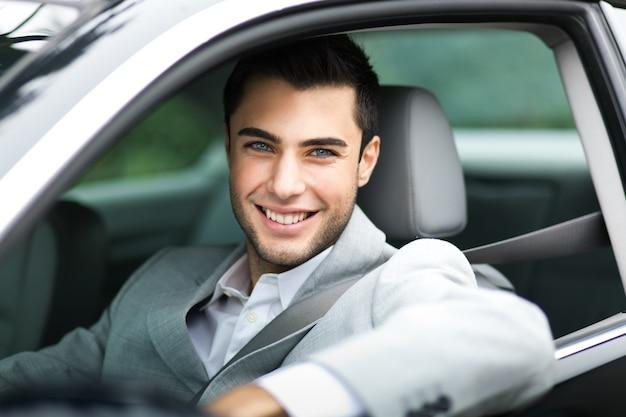 Portrait eines mannes, der sein auto antreibt