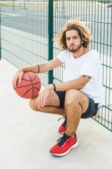Portrait eines mannes mit basketball vor gericht