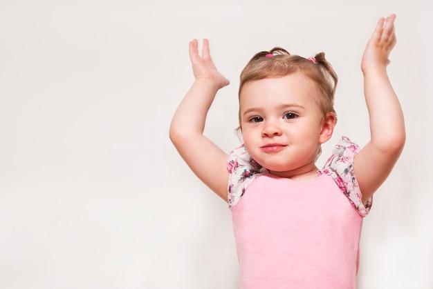 Portrait eines netten schätzchens mit hände oben anheben