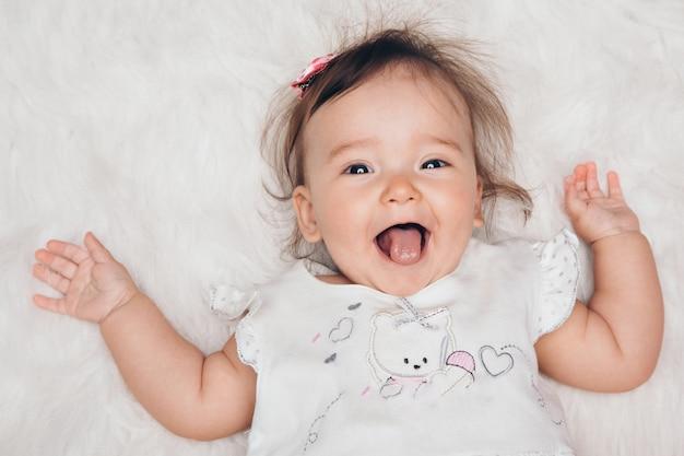 Portrait eines neugeborenen schätzchens mit seiner zunge, die heraus haftet