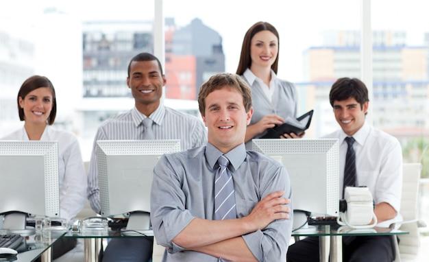 Portrait eines positiven geschäftsteams bei der arbeit