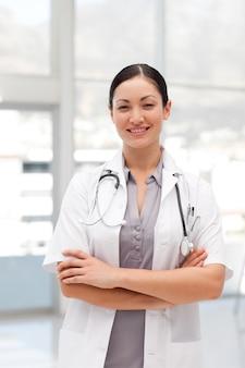 Portrait eines schönen doktors in einem krankenhaus