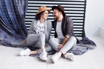 Portrait eines schönen jungen glücklichen lächelnden Paares, das miteinander schaut