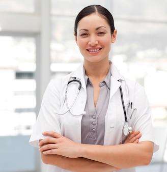 Portrait eines selbstsicheren doktors mit einem stethoskop