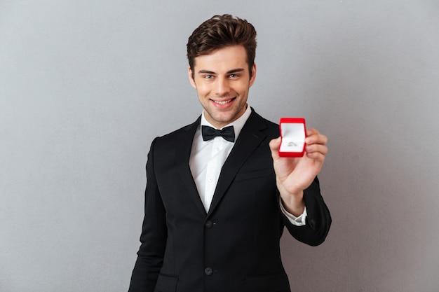 Portrait eines stattlichen glücklichen mannes