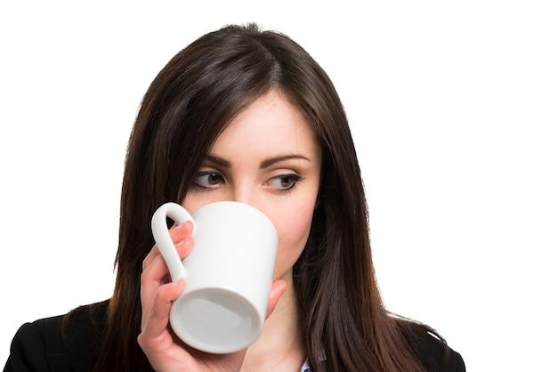 Portrait eines trinkenden kaffees der frau. isoliert auf weiss