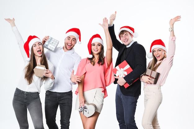 Portrait glückliche menschengruppe mit geschenken