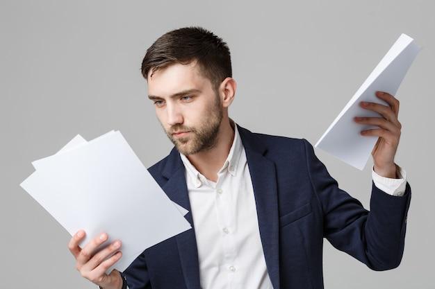 Portrait handsome business mann ernsthafte arbeit mit jahresbericht.