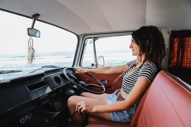 Portrait junge fahrerin entspannen genießen die reise