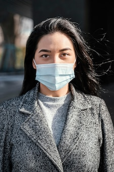 Portrait junge schöne frau, die maske trägt