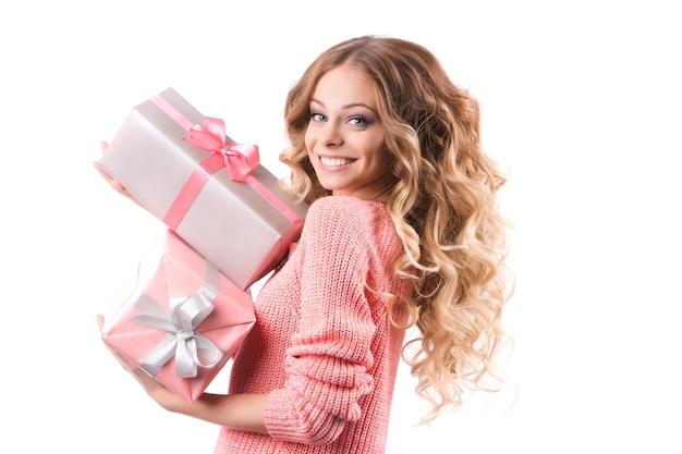 Portrait junges glückliches mädchen mit geschenkbox in den händen. studioporträt lokalisiert auf weißem hintergrund.